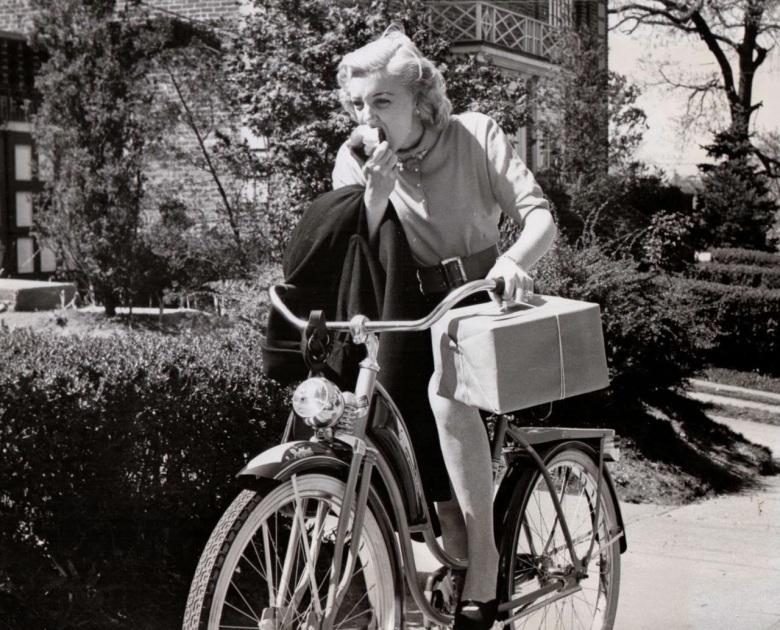 B1950's Classic Photos of Hollywood Actresses Ride Their Bikes (5)